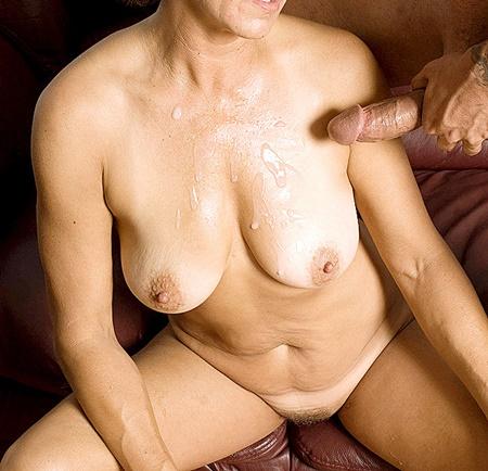 Pinos kuk sprutar på Maddes nakna kropp