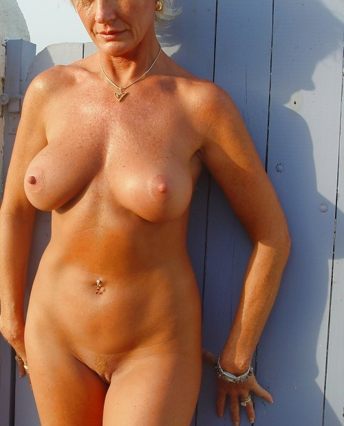 Här står Bella naken mot en vägg