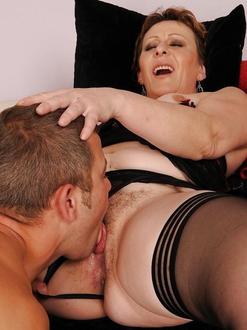 Han slickar hennes fitta