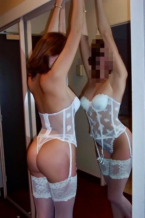 Vera öppnar dörren i sexiga underkläder