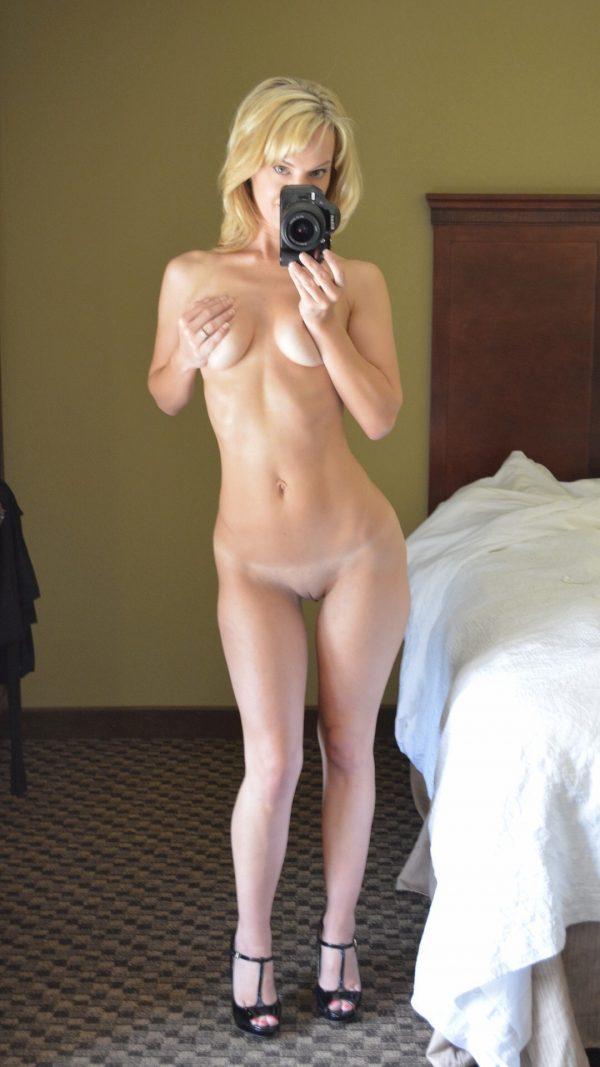 Lina står naken och tar en selfie