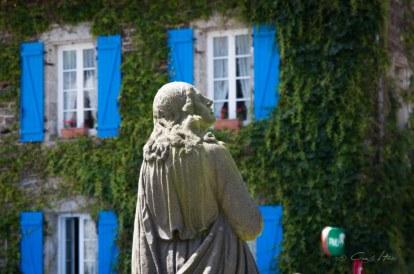 Calvaire, France, Frankreich, Haus, Gott, Kirche, Fensterläden, blau, Efeu, Wein