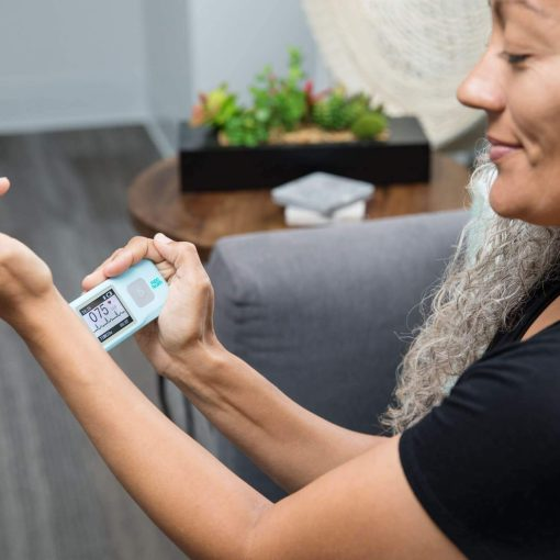 A-Woman-Using-EKGraph-Portable-ECG-Machine-on-Herself