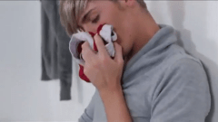 Garoto cheirando a cueca do amigo