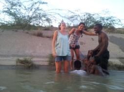 Bañándose en el canal