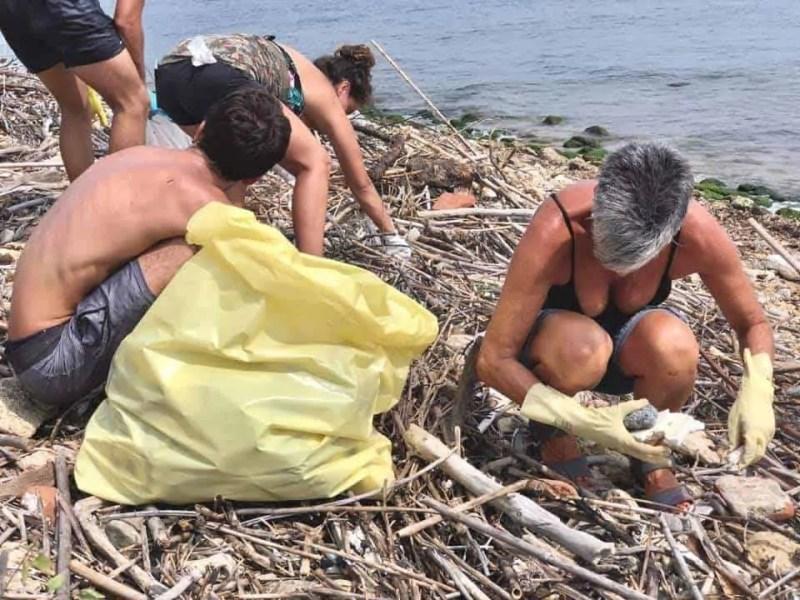 pulizia spiaggia con sorpresa ... macabra !