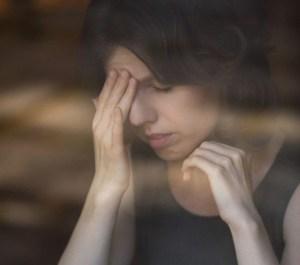 Migraine-en-hoofdpijn-bij-vrouwen.-Welke-voeding-kan-helpen-SophiaMagazine