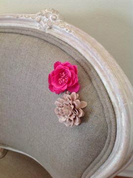 Why not daring some colofull flowers to accessorize your chair and enhance its feminine dimension.