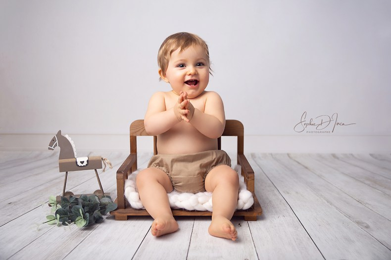 séance - photo- studio- bébé- bois - beige- naturel- Sophie d'inca- Photographe Malestroit