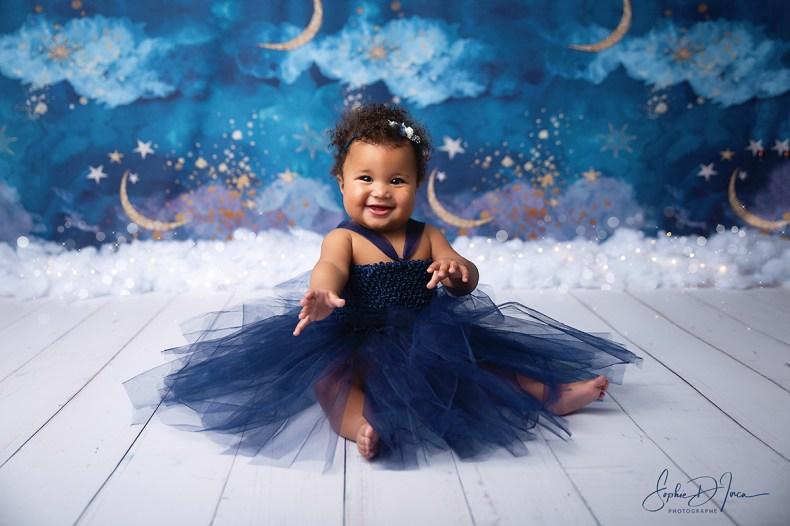 séance - enfants - bébé - studio - fond nuit étoilée - robe - tutu - bleu - Sophie D'inca, photographe Malestroit