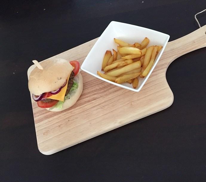 Broodje hamburger met huisgemaakte frietjes glutenvrij