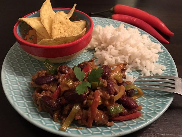 Chili con carne met witte rijst en tortilla chips
