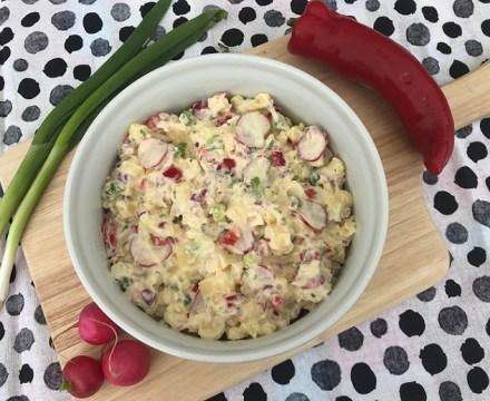 Aardappelsalade met radijs, paprika en lente-ui