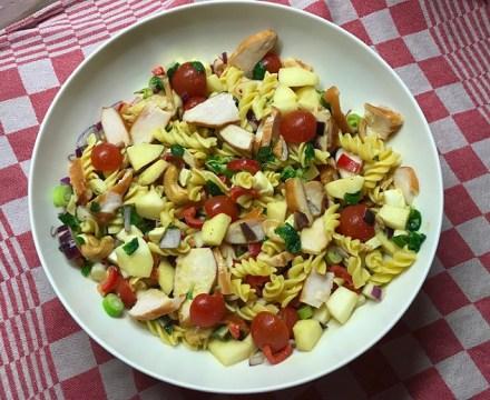 Salade met gerookte kip, mozzarella en appel