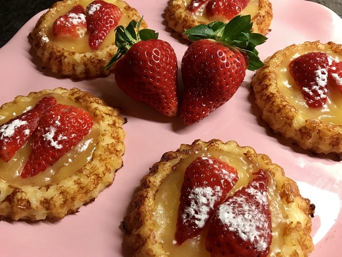 Zoete rijstgebakjes met aardbeien en lemon curd