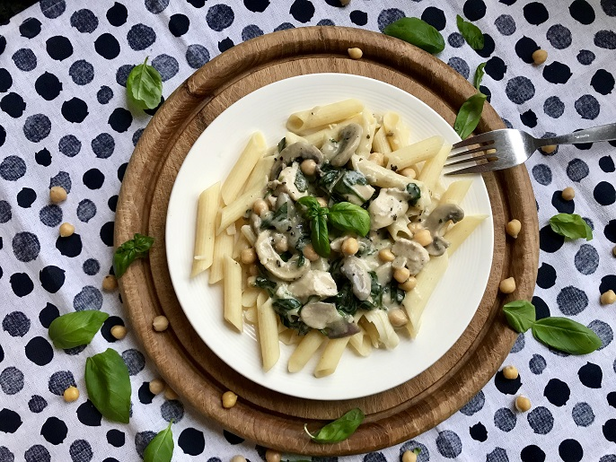 Pasta met champignon-spinaziesaus, kip, kikkererwten