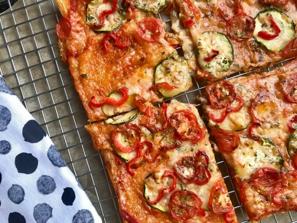 Hartige plaattaart met tomaat, courgette en mozzarella