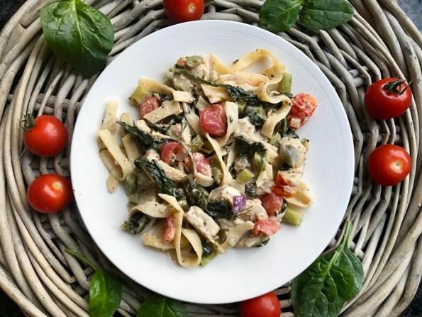 Tagliatelle met kip, spinazie en cherry tomaten
