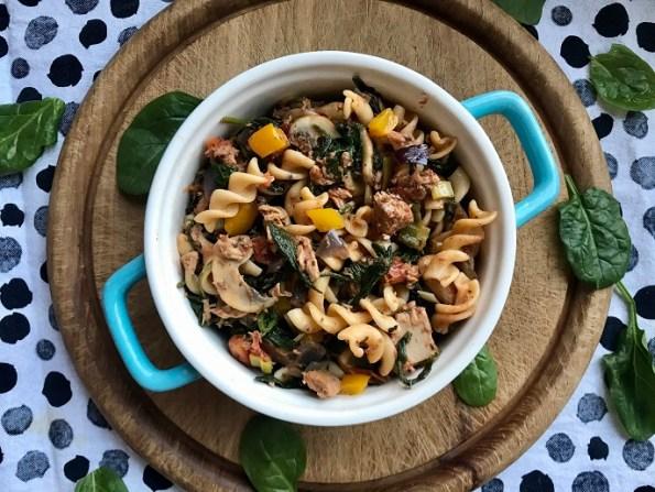 Pasta met tonijn, spinazie en champignons