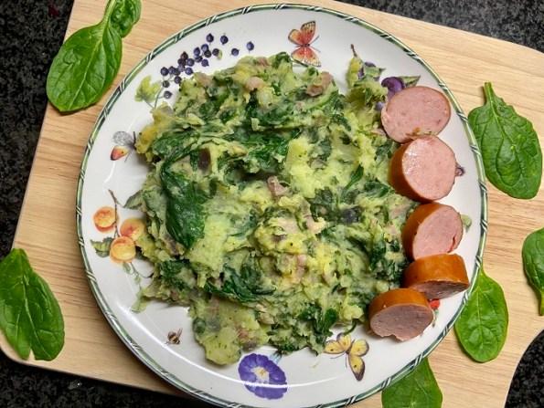 broccoli-spinazie stamppot met rode ui en spekjes