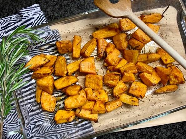 Zoete aardappels met knoflook en rozemarijn uit de oven