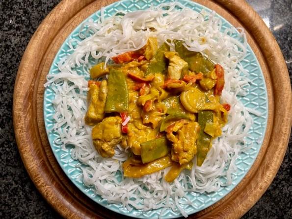Thaise gele curry met Chinese kool, peultjes en kip