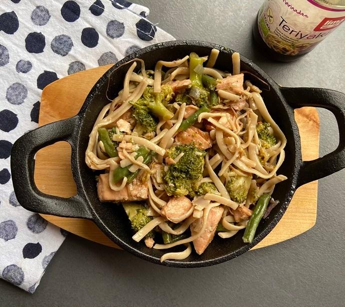 Teriyaki noedels met broccoli, haricots verts en zalm