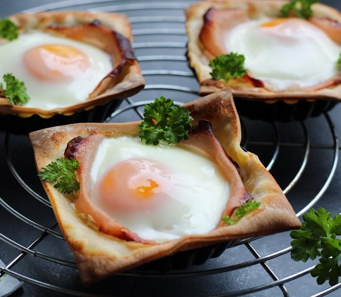 Glutenvrije bladerdeegtaartjes met ei, bacon en kaas