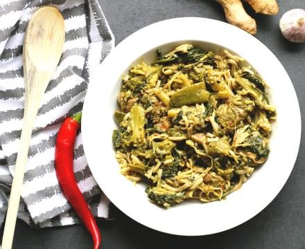 Bruine rijstnoedels met broccoli, spinazie en kipreepjes