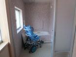 浴室(上部に天井走行リフトのレール)