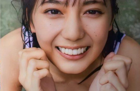 小坂菜緒さん18歳、胸の谷間の露出が何だかいたたまれない