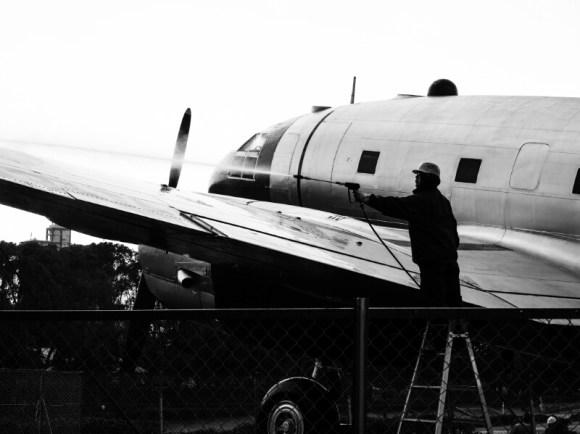 航空公園で飛行機を清掃する人たち