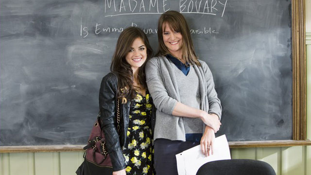 Lucy Hale és Sara Shepard (jobbra) a Pretty Little Liarsben