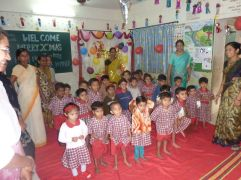 Gründungspräsidentin Dr. Helga Pammer zu Besuch in einer Schule in Pune, Indien