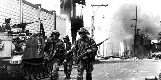 1. Operasi Entebbe Merdeka.com - Penyanderaan dimulai ketika dua orang Front Pembebasan Palestina (PFLP) dan dua orang berkebangsaan Jerman membajak pesawat Air France penerbangan 139 yang baru saja terbang dari Tel Aviv, Israel menuju ke Athena, Yunani pada Juni 1976. Pesawat tersebut membawa 246 penumpang, kebanyakan Yahudi dan Israel, serta 12 orang kru. Setelah berhasil menguasai pesawat, para pelaku lantas mengalihkan penerbangan menuju Libia, di tempat itu pesawat sempat mengisi ulang bahan bakar selama tujuh jam. Mereka sempat melepas warga Israel kelahiran Inggris, Patricia Martell. Memasuki tengah malam, pesawat kembali lepas landas dan mendarat di Bandara Entebbe, Uganda. Pemerintah Uganda malah menyambut para pembajak dan melindungi mereka. Di bawah perlindungan pasukan pemerintah, mereka memindahkan para penumpang dan menahan mereka selama berhari hari. Dua hari berikutnya, pembajak menuntut Israel untuk memberikan uang USD 5 juta, pembebasan 53 warga Palestina termasuk militan, dan 40 orang yang lainnya ditahan di penjara Israel. Mereka juga mengancam akan membunuh seluruh sandera. Setelah melakukan negosiasi, pemerintah Israel rupanya sudah kehabisan kesabaran. Mereka merancang opsi militer dan berusaha masuk ke Uganda secara diam-diam. Tugas itu diserahkan kepada 100 anggota unit pasukan khusus Israel di bawah kepemimpinan Brigadir Jenderal Dan Shomron. Dengan menyamarkan mengubah identitas pesawat menjadi pesawat kargo, pasukan Israel berhasil masuk ke bandara tanpa diketahui. Ketika memasuki tengah malam, pasukan mulai menyerbu. Beberapa tentara Uganda ditembak mati, para sandera segera dibawa menuju pesawat. Namun, operasi yang seblumnya senyap berubah menjadi medan tempur. Pasukan Uganda yang sadar telah diserbu langsung mengepung pesawat. Namun upaya itu tak mampu menghentikan langkah pelarian yang sudah disiapkan Israel. 1 Tentara Israel tewas dalam operasi tersebut, 5 di antaranya terluka. Sedangkan seluruh sandera berhasil diselamatkan. Sement