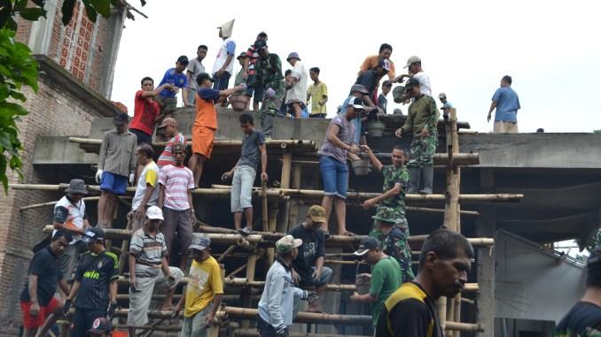 Personel Kodim 0824 Bersama Yon Armed 8 Bantu Masyarakat Membangun Masjid Al Istiqomah