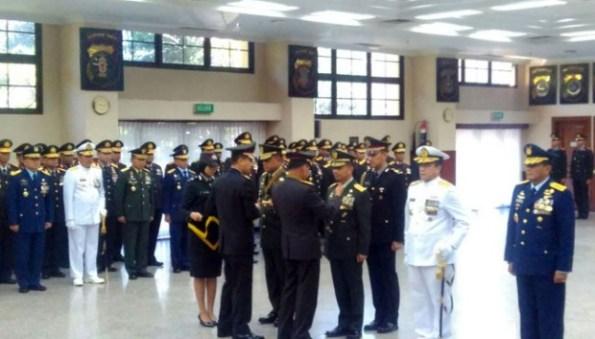 bintang bhayangkara 2016 kepada jenderal TNI, AD, AL, AU
