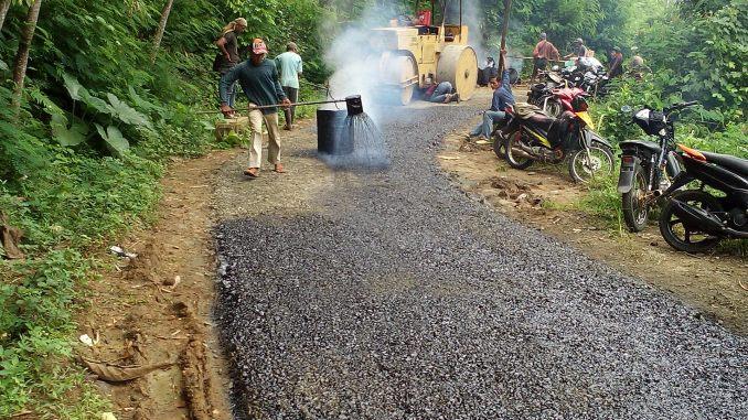 Pengaspalan jalan Cijoho Desa Sukaluyu Kalibunder sesuai APBDes