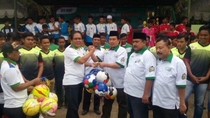 Penyerahan bola sebagai tanda dimulainya Liga Santri Nusantara 2017 Regional 2 Jabar