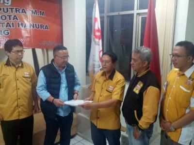 Penyerahan berkas Priana Wirasaputra kepada Hidayat Adjiediputra Ketua TPC Partai Hanura Kota Bandung