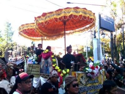 Peserta karnaval kemerdekaan pesona parahyangan