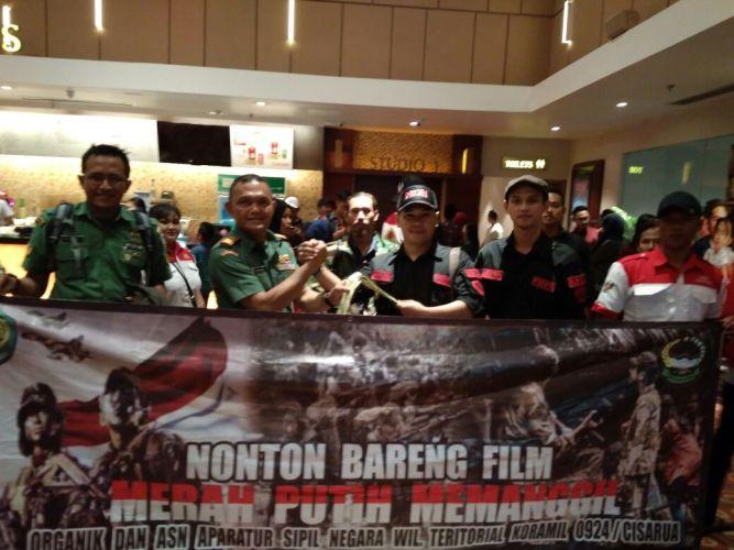 Nonton bareng (nobar) film Merah Putih Memanggil bersama LSM PMPR Indonesia dan jajaran Kodim 0609
