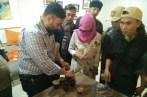 Adi W Taroepratjeka di pelatihan kewirausahaan petani kopi tentang uji mutu dan cita rasa kopi