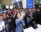 Kemeriahan Vivo Product Ambassador dan Selfie Icon, Prilly Latuconsina, saat berfoto selfie bersama dengan para pengunjung Vivo V7+ Perfect Moment Tour Bandung