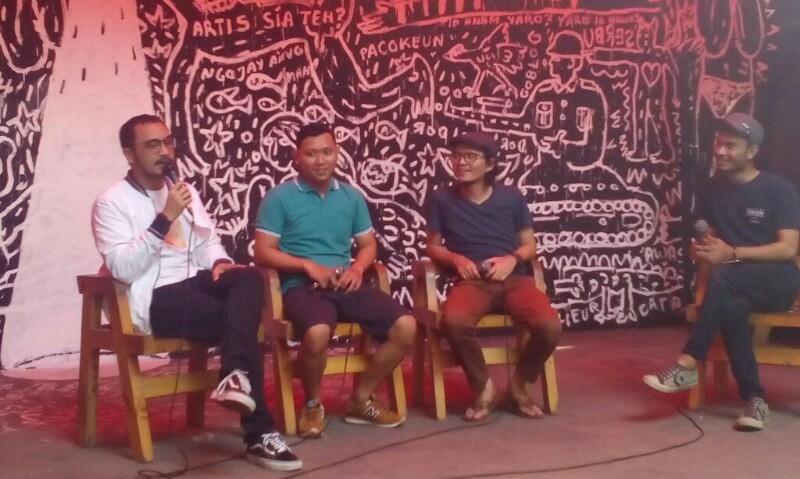 Giring Nidji (kiri) saat menjadi narasumber di acara Ngusik Sedetik di The Panas Dalam cafe, Kota Bandung, Selasa (31/10/2017).