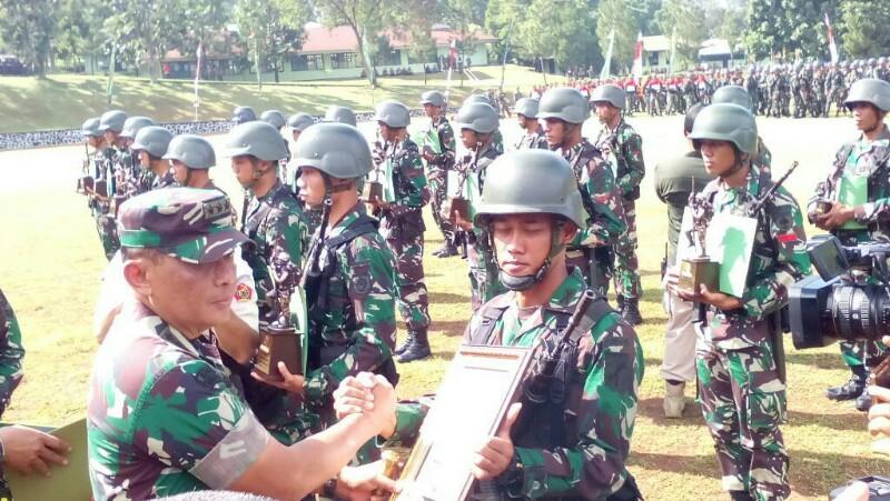 Dankodiklat AD Letjen TNI Agus Kriswanto menyerahkan hadiah kejuaraan pada perwakilan satuan yang berhasil menjadi pemenang di semua kategori Lomba Ton Tangkas Periode II TA 2017