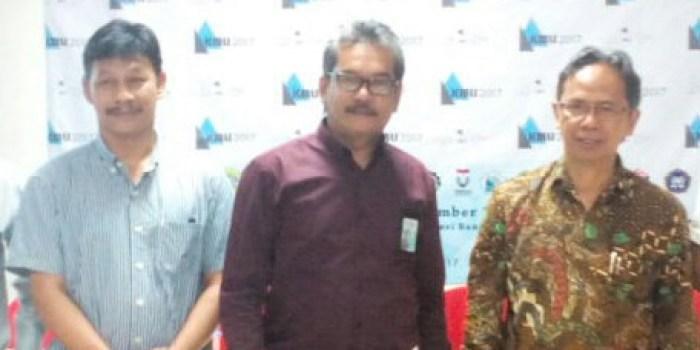 Manajer Komunikasi, Hukum, dan Administrasi PT PLN Distribusi Jawa Barat Herry Zulkarnain (tengah), Direktur Polban Rachmad Imbang Tritjahjono (kanan), Ketua Pelaksana KMLI ke-9 Ridwan Solihin, saat konferensi pers gelaran KMLI ke-9 di aula Polban, Rabu (22/11/2017)