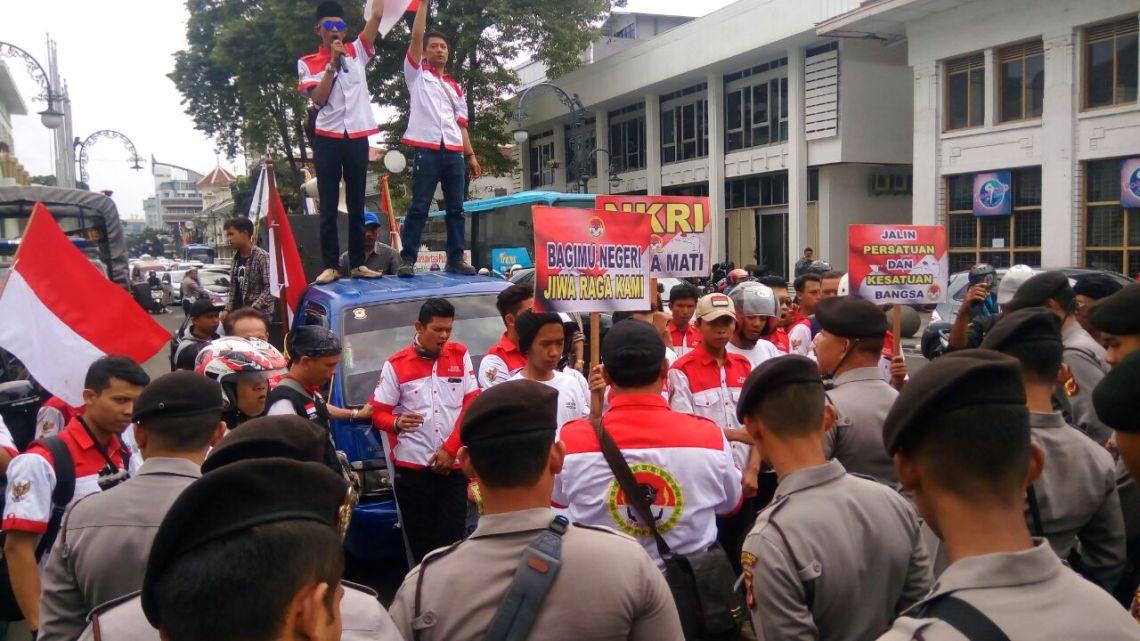 Aksi damai yang dilaksanakan oleh LSM PMPRI di Jalan Asia Afrika, Kota Bandung, untuk menyuarakan semangat NKRI serta persatuan dan kesatuan bangsa, Senin (11/12/2017).