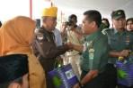 Kasdam III/Siliwangi Brigjen TNI YP Sembiring saat menyerahkan bantuan kepada masyarakat jelang Hari Juang Kartika di Lapangan Brigif, Kota Cimahi, Kamis (14/12/2017).
