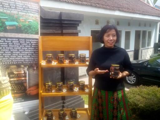 Inana Musailimah Tri Santosa saat memperkenalkan madu Bali Honey kepada awak media di Pasraman Widya Dharma Jl Subagyo Lanud Husein Sastranegara, Kota Bandung, (30/12/2017).